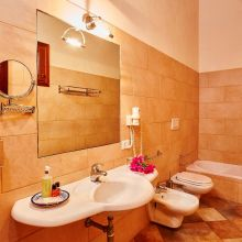 Winery resort Marsala_family room bath
